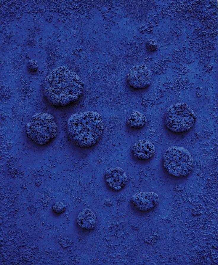 Bleu Yves Klein  En 1956 il met au point sa fameuse formule du lumineux bleu outremer (ou bleu ultramarin) qu'il baptise IKB, « International Klein Blue ». Utilisant un pigment outremer mêlé à une résine synthétique nommée Rhodopas, il découvrit avec l'aide d'Édouard Adam, marchand de peinture parisien, un nouveau procédé permettant de conserver sa brillance au pigment qui, mélangé à l'huile de lin, avait tendance à devenir terne.