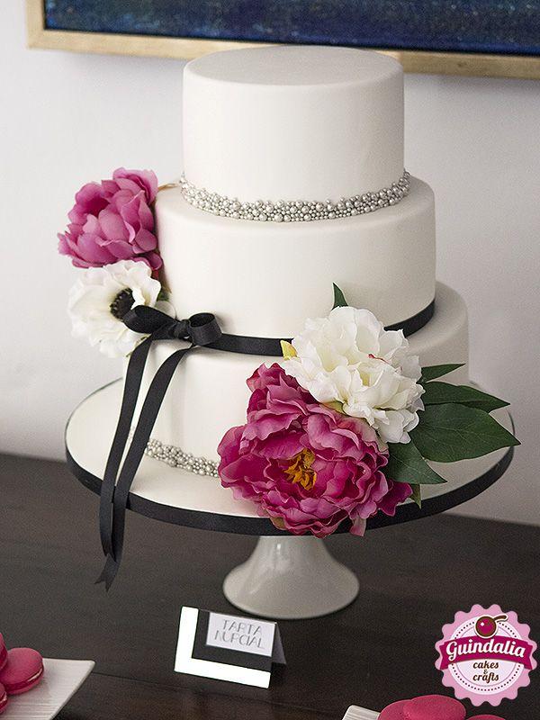 Tarta Nupcial con flores y perlas