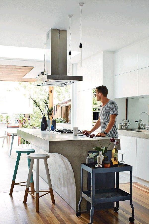 Массивная бетонная барная стойка одновременно служащая кухонным островом. .