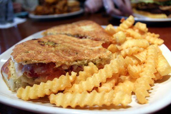 Sandwich și cartofi prăjiți