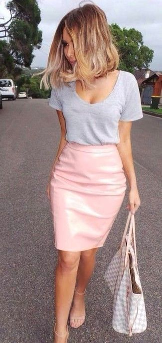 Ce combo d'un t-shirt à col rond gris et d'une jupe crayon te permettra de garder un style propre et simple en dehors des horaires de bureau. Habille ta tenue avec une paire de des sandales à talons en cuir beiges.