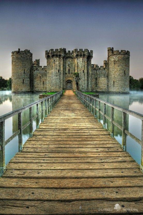 Castelo Bodiam em East Sussex, na Inglaterra, construído em 1385, é um perfeito exemplo de castelo com fosso.