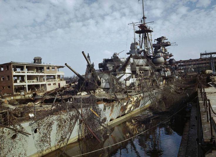 Fotografato nel maggio 1945, l'incrociatore pesante Admiral Hipper della marina tedesca, abbandonato in disarmo nella base navale di Kiel, appare quasi l'emblema del disastro in cui si è conclusa l'avventura bellica del Terzo Reich. Gravemente danneggiato nella battaglia navale del Mare di Barents (31 dicembre 1942) contro le navi britanniche di scorta a un convoglio che trasportava rifornimenti all'Urss passando dalle acque dell'Artico, l'Admiral Hipper aveva poi operato nel Baltico…