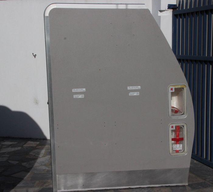 Pak en noodgevallen kabinet van TAP de A319 vliegtuig  Pak en noodgevallen kabinet van een vliegtuig van de A319 van de Portugese luchtvaartmaatschappij TAP.Afmetingen: 158 x 066 x 130 mGewicht: 50 kgKast met vele tekenen van slijtage en sommige schade zoals getoond in de beelden.Zie de afbeeldingen voor een juiste indruk.Het kabinet wordt verkocht in zijn huidige toestand en kan worden opgepikt in Pombal (Portugal).De koper kan kiezen om op te nemen direct de partij via UPS DHL MRW…