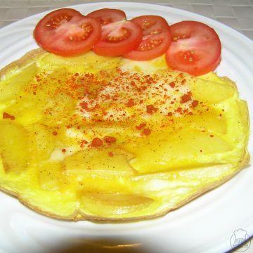 Selská omeleta - Vaječná omeleta s osmaženými bramborami, podle chuti lze do omelety přidat ještě slaninu, kukuřici nebo okurku