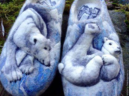 Купить или заказать Тапочки подарочные 3Д «Белые медведи» 31см. в интернет-магазине на Ярмарке Мастеров. Тапочки свалянные вручную из натуральной шерсти чешских овец. Выполнены в технике мокрого и сухого валяния. Для рисунка использована высококачественная цветная шерсть. Сделаны в единственном, и неповторимом экземпляре. Использована подошва и микропористой резины 6мм, что позволит наслаждаться в них как дома, так в саду или на даче.