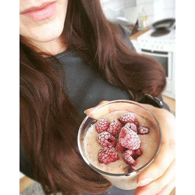 """https://www.instagram.com/p/BEz61jbi0Yz/ protein gröt❤blandad med mmsports vassle """"mjölkchoklad"""", kanel, vispad äggvita och hackade mandlar. Allt har fått stått i kylen över natten så den blir pudding-liknande i konsistensenoch serveras med hallon och sockerfri kvarg.➡#mmrecept"""