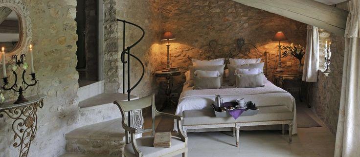 Huvila Grenachen (Provence, Ranska) upeat kiviseinät makuuhuoneessa.