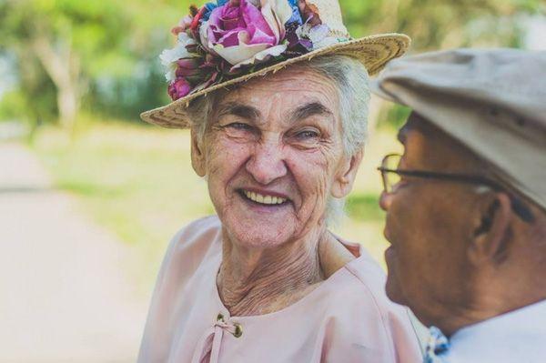 """Mối tình già """"bỏ nhà theo nhau"""" này là minh chứng tình yêu lớn lao hơn bất cứ định kiến nào   Bà Ana Maria và ông Ambrosio Lopes đã ở bên nhau 60 năm. Nhìn vào gia đình lớn và vẻ hạnh phúc luôn hiện trên khuôn mặt cặp đôi đẹp lão này ít ai ngờ nổi họ đã từng phải trải qua những khó khăn và đấu tranh như thế nào. Theo kể lại ông bà gặp nhau lần đầu tại Rio de Janeiro vào giữa thập kỷ 50 của thế kỷ trước và lập tức trúng tiếng sét ái tình...  (Ảnh: Internet)  (Ảnh: Internet)  (Ảnh: Internet)…"""