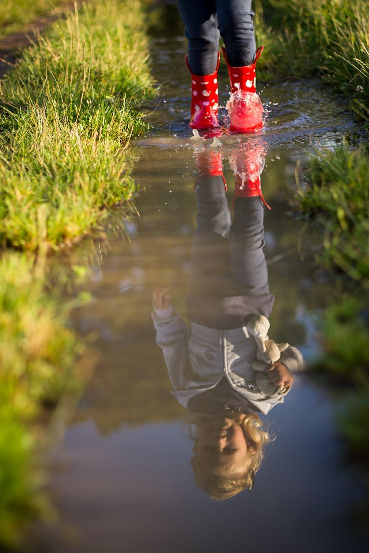 Reflexion in der Pfütze, wenig Häschen-Fotografie, Familien-Kind-Fotograf London