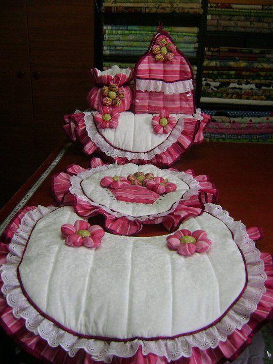 SET DE BAÑO CESTA DE FLORES: TAPA DE POCETA, TAPA DE TANQUE, BOLSITO, PORTARROLLO Y ALFOMBRA Elaborado con Aplicaciones Bordadas y flores en telas 100% algodón Americano. Diseño AMARILIS CISNEROS DE HERRERA - VENEZUELA +58-4143419580.
