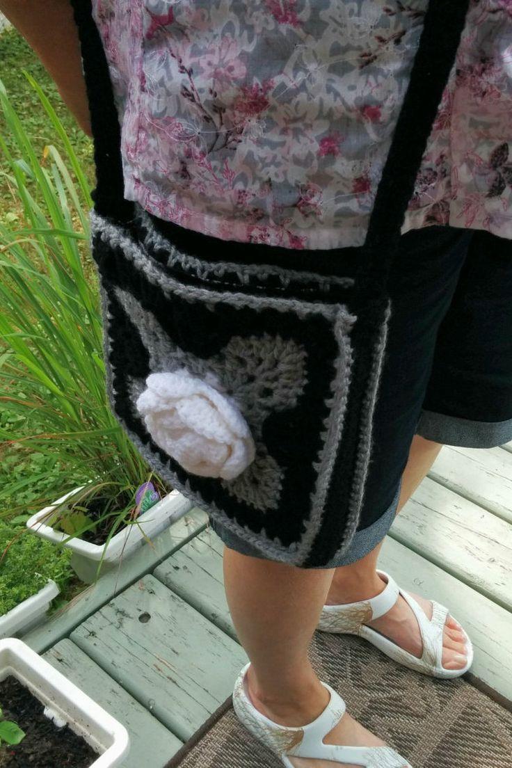 Sac à main carré noir et gris avec rose blanche, fait à la main au crochet,  doublé coton motif, bandoulière,  porté à l'épaule de la boutique Agadoux sur Etsy