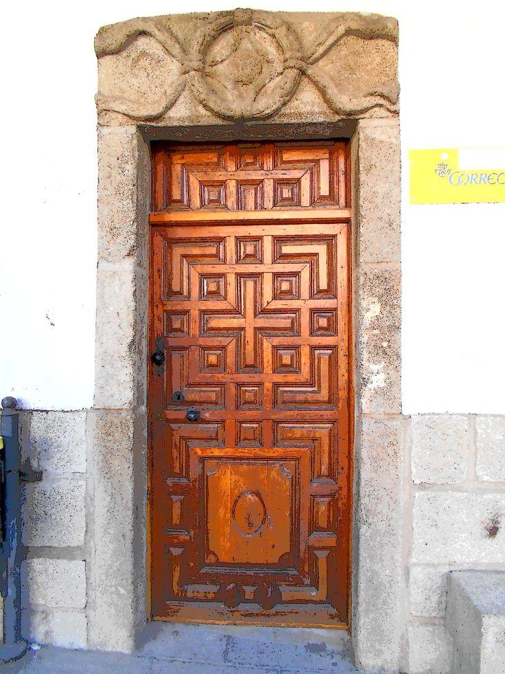 Castillo de Bayuela. Puerta y dintel de casa consitorial