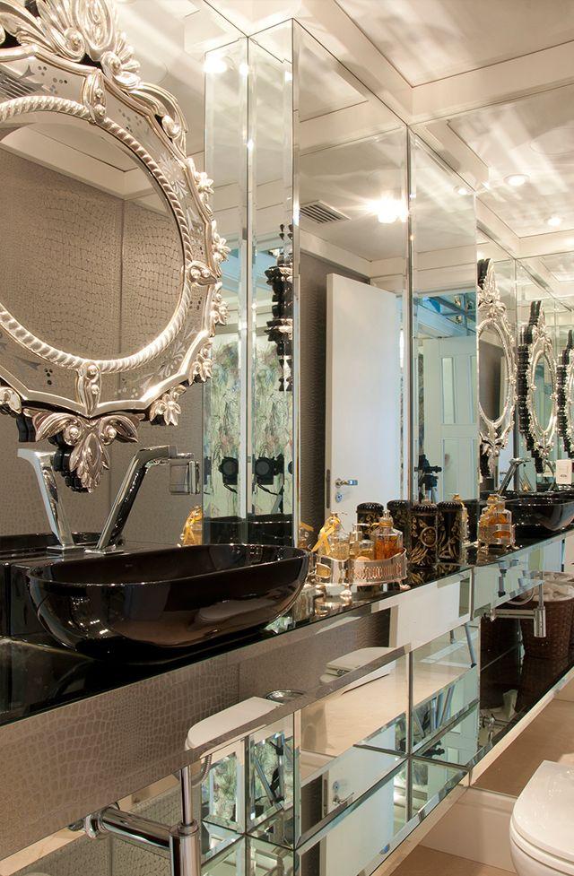Lavabo revestido com couro croco, parede espelhada e cuba preta. Projeto: Anne Baril