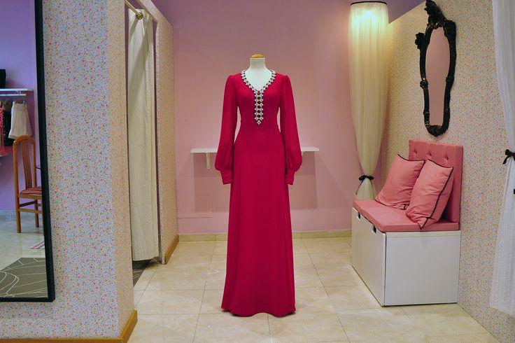 Vestido largo confeccionado en gasa, con manga farol muy amplia rematada con un puño, y escote adornado con cuentas de color rosa y azul.