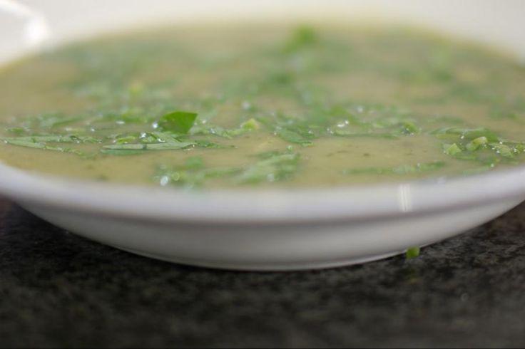 Soep maak je best altijd in een ruime hoeveelheid. Niets doet meer deugd dan een ketel verse soep op het fornuis, klaar voor elke hunker naar een tussendoortje. Deze keer krijgt de courgette de hoofdrol. En om de zachte smaak van de groente een duwtje in de rug te geven, gaat er een portie blauwe kaas in de soep.