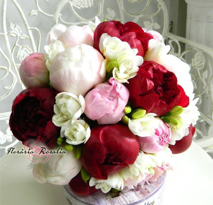 Buchet mireasa cu bujori rosii, albi si roz