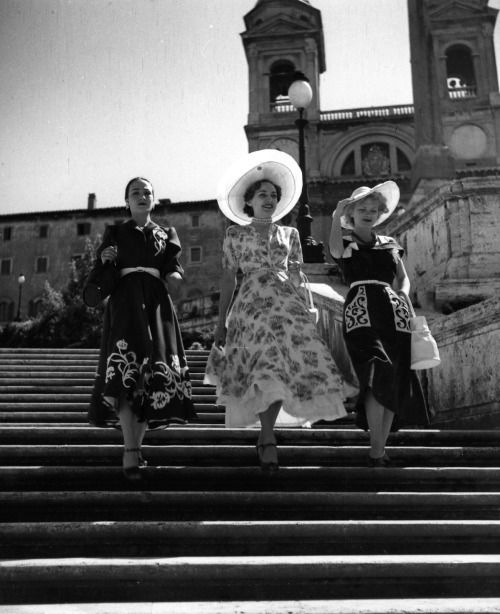 Pasquale De Antonis :: Montorsi Dresses on the steps of Piazza di Spagna, Rome, 1950