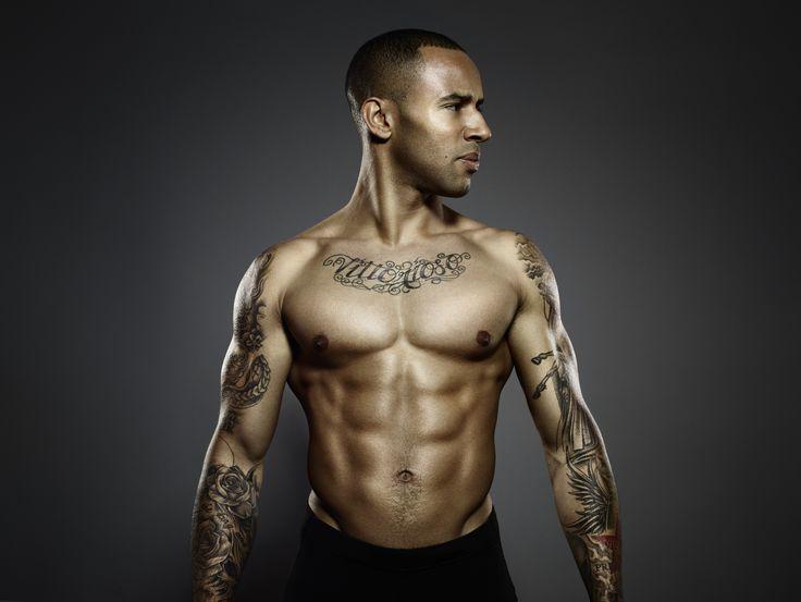 James Ellington : un torse musclé et tatoué