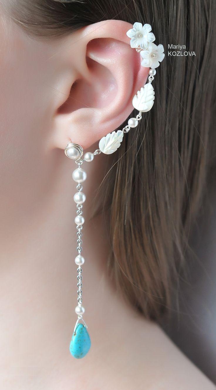 Een van een soort elegante en fantasie oorbellen met een oor manchet extensie voor het linker oor. Turquoise Drops in witte tuin oorbellen waren gemaakt met gebeeldhouwde moeder van de parel bladeren, mop bloemen, Swarovski ivoor kristallen parels, grote turquoise gekleurde druppels, kwaliteit zilver bekleed materiaal gesneden. De oorbellen lengte is 95 mm. Één holde mop verlof heeft natuurlijke Roos plek aan de ene kant.  U ontvangt 7 siliconen veiligheid rug. U kan de oor-manchet op uw oor…