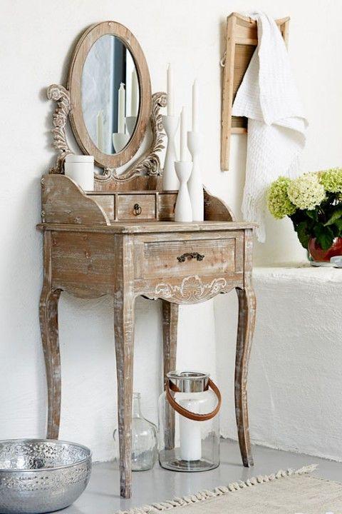 Bielona toaletka drewniana