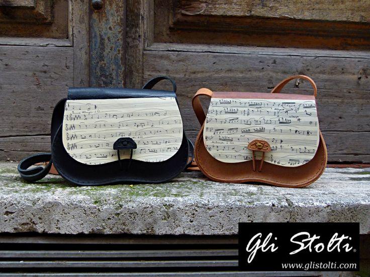 Borse in cuoio lavorate e cucite a mano modello Scarsella, decorate con spartiti musicali vintage originali. Gli Stolti Original Design. Handmade in Italy. http://gli-stolti.blogspot.it/2014/11/borse-in-cuoio-modello-scarsella.html #moda #artigianato #madeinitaly #design #borse #cuoio #musica #regalo #natale #idearegalo #roma #shopping #fashion #handmade #music