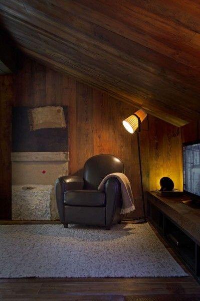 低い勾配天井の下の下のコーナーに一人掛けのソファを置いた寛ぎのスペース1                                                                                                                                                                                 もっと見る