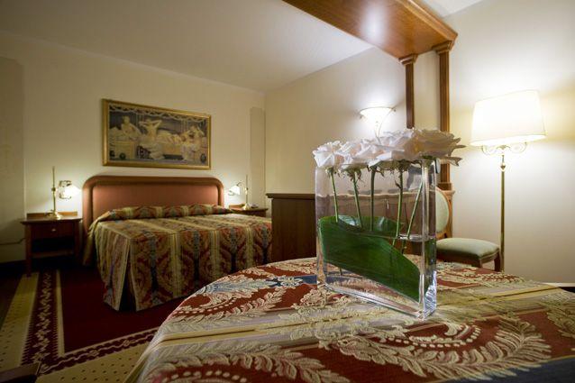 """Hotel """"Le Grotte"""". La #suite. L'atmosfera della lussuosa suite è sempre capace di stupire... Due ambienti riscaldati in maniera autonoma, grande bagno con #idromassaggio e salotto con tv ultrapiatto. A completare il tutto c'è l'ampio terrazzo dove la vista spazia tra i monti del #parcoregionale."""