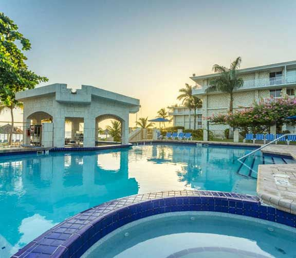 Holiday Inn Montego, BayParcs aquatiques, cours de cirque et plus encore. Jeunes et adultes trouveront tout ce qu'ils désirent dans ces hôtels familiaux des Caraïbes.