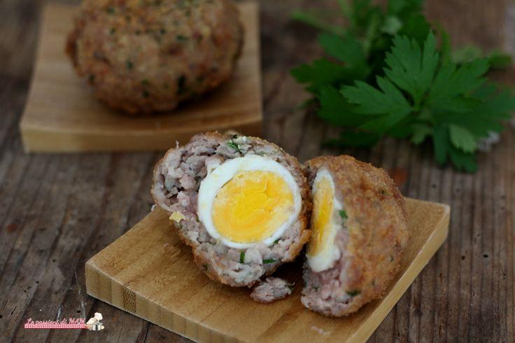 Scotch eggs ricetta finger food di origine anglosassone per antipasto o snack da pub o da portare al picnic, uova sode ricoperte da salsiccia e fritte.