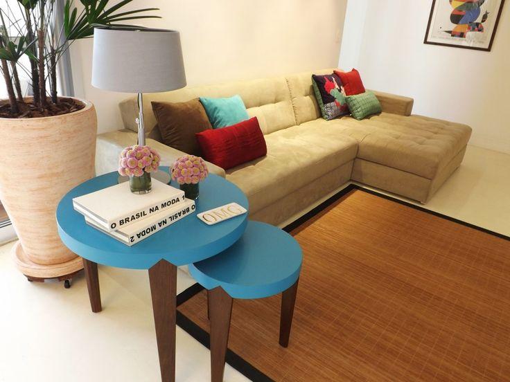 Sala de estar | As almofadas coloridas e as mesas de canto conferem um ar de descontração ao ambiente | marcelasantiago.com.br