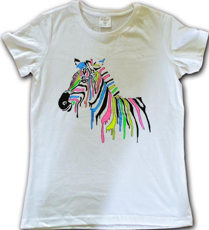 Koszulka ręcznie malowana specjalnymi farbami do tkanin. Farby użyte do namalowania tej koszulki to farby fluo reagujące na światło UV. Motyw: kolorowa zebra, rozmiar S