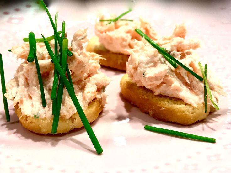Varmrökt laxröra på crostini | Recept från Köket.se