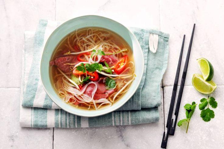 Van origine is pho streetfood en de ingrediënten verschillen per regio. Een ding is overal hetzelfde: stokjes zijn verplicht. - recept - Allerhande
