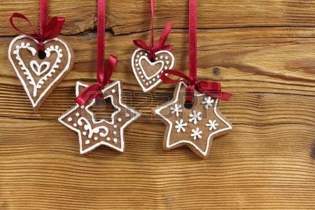 Koekjes van de peperkoek opknoping op houten achtergrond Kerst decoratie  Stockfoto