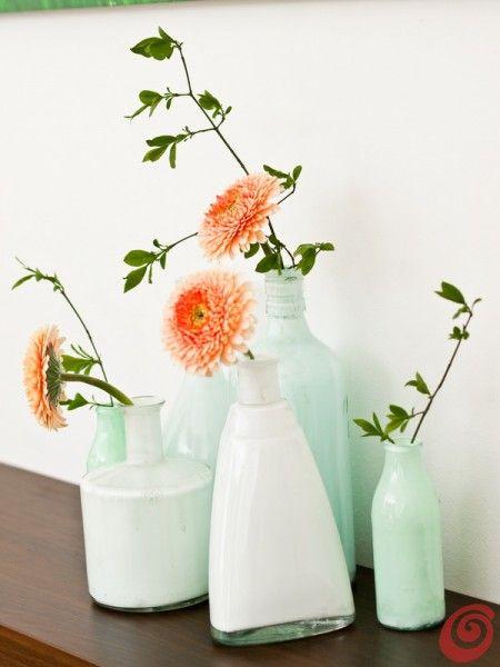 Una composizione con i vasi fai da te DIY color vase from a bottle
