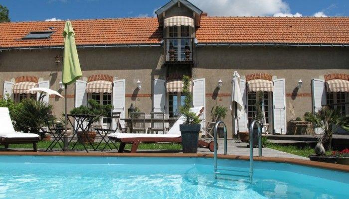 Aux portes de Nantes, à 1km des bords de Loire, découvrez cette grande longère située dans un environnement privilégié, mitoyenne à autre gîte. Jardin non-clos de 1 ha avec piscine hors sol (non-chauffée, non-couverte) et SPA