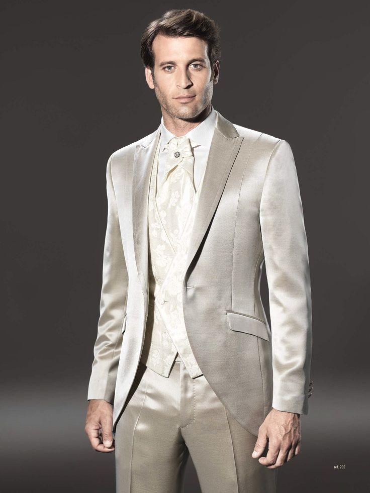 Traje de novio de la firma Sandro Sellini en color beige, sin bolsillo de pecho, acompañado de chaleco cruzado. Disponible en www.sastreriacampfaso.es