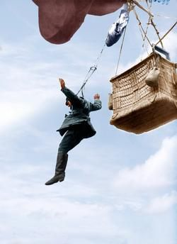 WW1, German army: an observer jumps from a basket of a captive balloon. - akg-images.co.uk