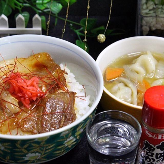 豚カルビ丼のタレが美味しかった。 水餃子の餃子が、ニンニクが効いて、出汁まで美味しかった。  あともう少し遅くに食べたいなあ。 家族が帰ってくると、食事の邪魔になるから、どうしてもこんな時間になる。 だから夜食が必要。 - 123件のもぐもぐ - 豚カルビ丼  水餃子 by hiroshikimDeU