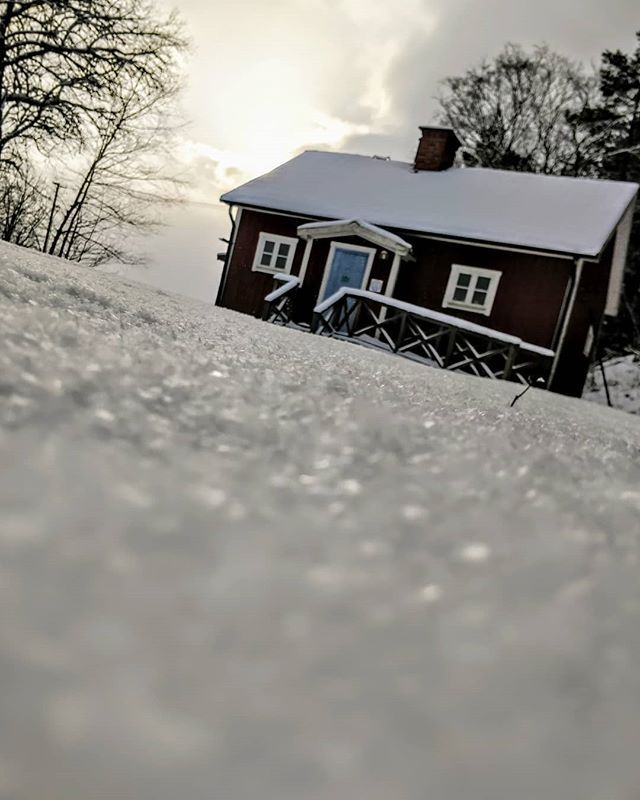 Snökontakt och telager. . #minlandsbygd #österunda #fjärdhundraland #ekologiskt #ekologisktte #sweden #swedishmoments #winter #snow #schweden #suède #rödstuga #redcottage #swedishredhouse #falured