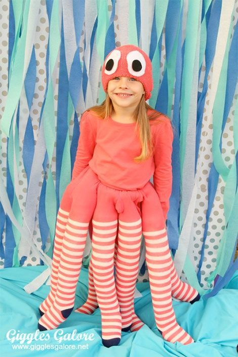 Mehrere Strumpfhosen werden zu Oktopus-Beinen