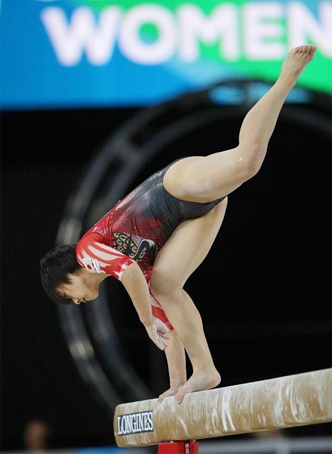 女子個人総合決勝、平均台でバランスを崩す…:バランスを崩す村上=世界体操:時事ドットコム #体操 #世界選手権 #女子
