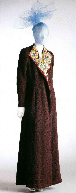 Вечернее пальто. Эльза Скиапарелли, 1936. Шерсть цвета красного вина, воротник из бархата с аппликацией из золотой кожи и вышивкой бисером.