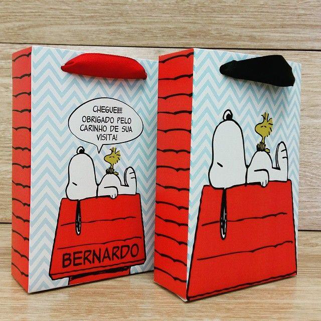 Snoopy é um tema que está fazendo a cabeça das mamães pelos quatro cantos do Brasil! Sacolinhas fofas para você colocar o que quiser! #lembrancinha #lembrancasespeciais #snoopyparty #snoopy #festasnoopy #peanuts #woodstock #chadebebe #festamenino #festamenina #entrenafesta #encontrandoideias