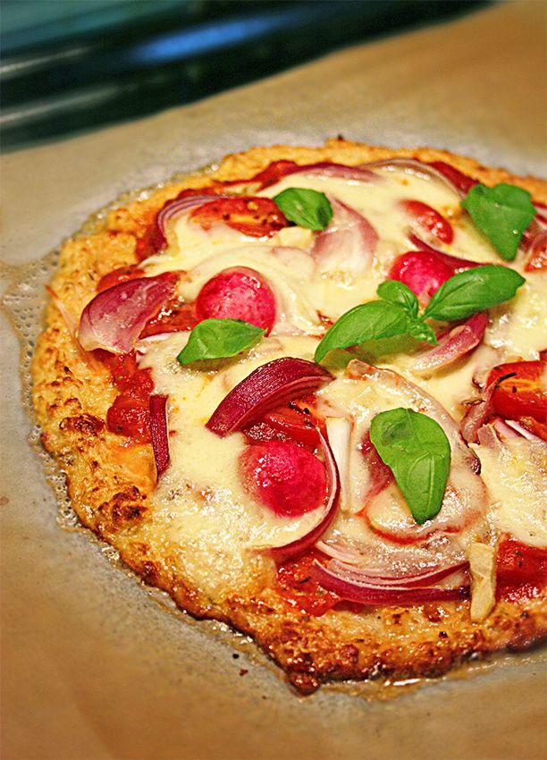 Blomkålspizza, enkel, hälsosam och glutenfri pizza Blomkålspizzan är ett av våra mest populära recept på hälsokaféet Lisa & Erik. Vi tror att det är för att om man vill äta pizza så...