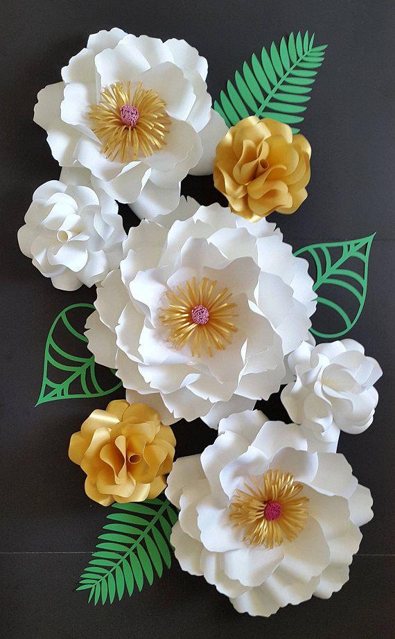 Set de 6 flores de papel en blanco y dorado con un toque de color rosa y verde características. Decorar un espacio de pared, vivero o tu evento con este magnífico juego.  El sistema incluye:  -peonía grande 1 - 16  -rosas silvestres grandes 2 -15   -4 pequeño jardín rosas - 8  -4 hojas/características   Enviar una solicitud de orden de encargo con preferencia de color y la fecha de su evento.  Cada flor está diseñado individualmente a mano. Cada flor puede variar ligeramente en diseño ya...