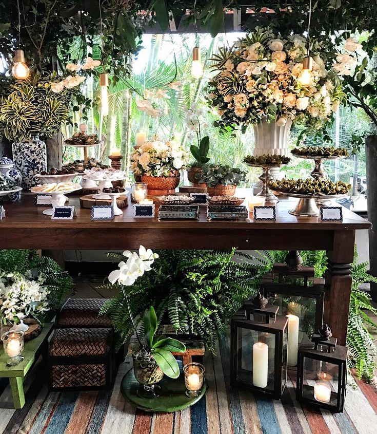 Mesa de doces deliciosa e com a decor mais linda cool e fora do óbvio! Adorei a vibe verde e o ambiente super orgânico e integrado com a natureza de um dos lugares mais lindos do Rio! Decor by @donaaranhafestas #casamento #mesadedoces #casamentomeloves