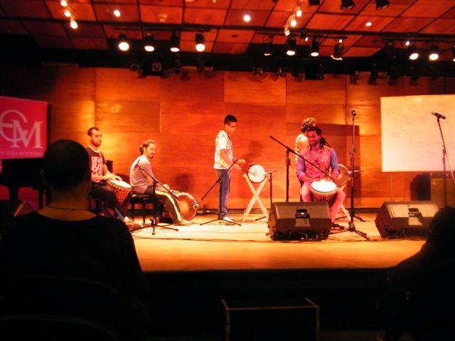 Dartagnan dando su clase magistral de percusión africana. Noviembre 26, 2014