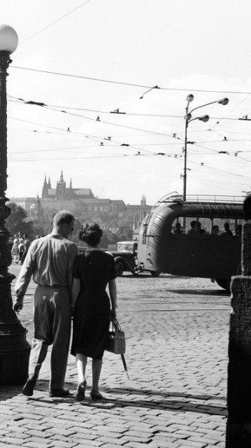 Praha, léto 1961   pohled k Pražskému hradu z křižovatky u Národního divadla   Prague